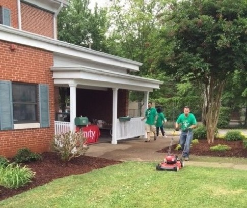 Chattanooga Employees cleaning the Room in the Inn for Comcast Cares Day